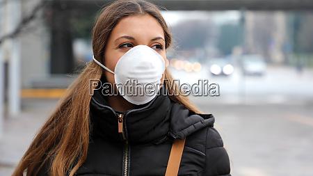 covid 19 frau mit gesichtsmaske schuetzenverbreitung