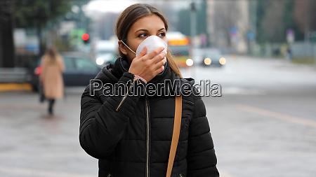 covid 19 frau traegt gesichtsmaske schutz