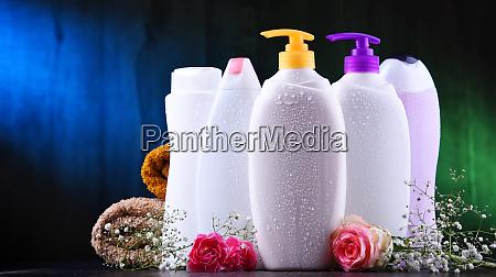 plastikflaschen mit koerperpflege und schoenheitsprodukten