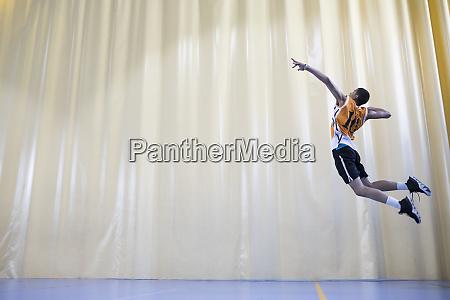 mann springt waehrend eines volleyballspiels um