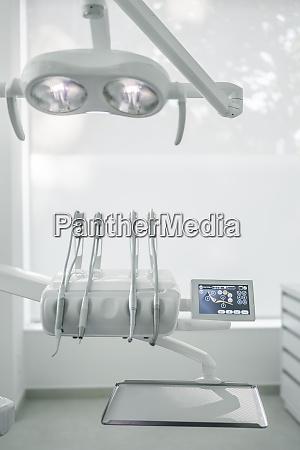 nahaufnahme von moder dental instruments in