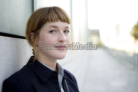 portraet der erdbeere blonde junge frau