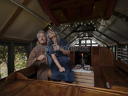 seniorenpaar bei kerzenschein auf einem boot