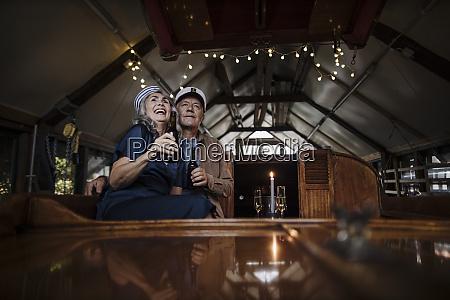 glueckliches senior paar bei einem drink