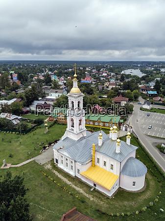 luftaufnahme der himmelfahrtskirche vor bewoelktem himmel