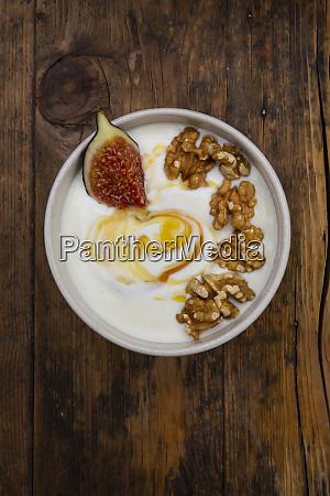 schuessel mit griechischem joghurt mit honig