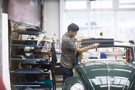 junger mann arbeitet in einer polsterwerkstatt
