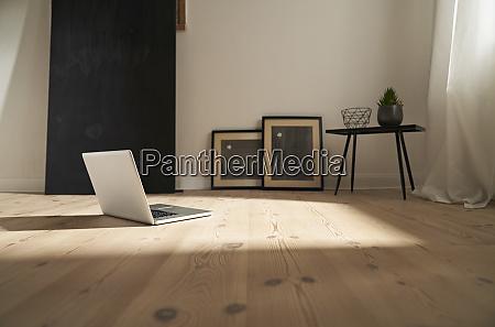 laptop auf holzboden in einem modernen