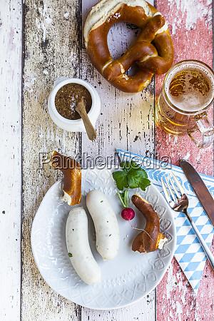 weisswurstfruehstueck mit brezeln senf und bier