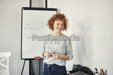 lächelnde, geschäftsfrau, bei, der, präsentation, beim - 28033419