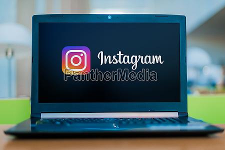 laptop computer mit logo von instagram