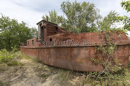verlassenes schiffswrack in der sperrzone von