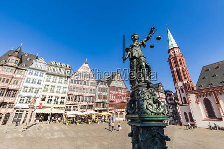 statue der justizameis dame am roemerberg