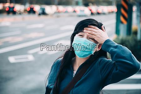 kranke frau mit erkaeltung und grippe