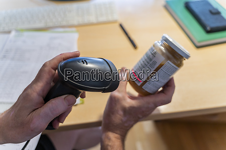 mann, scannt, etikett, auf, einem, schraube - 28041167