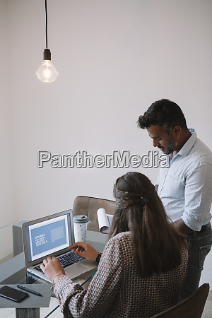 businessman, talking, to, employee, at, table - 28042018