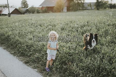 maedchen geht walkies mit hund auf