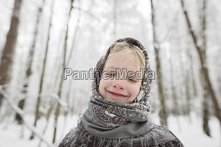 portraet von gluecklichen kleinen maedchen tragen