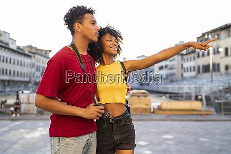 glueckliches junges touristenpaar das die stadt