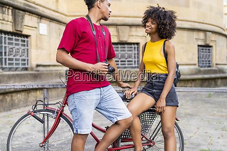 glueckliches junges paar mit fahrrad in