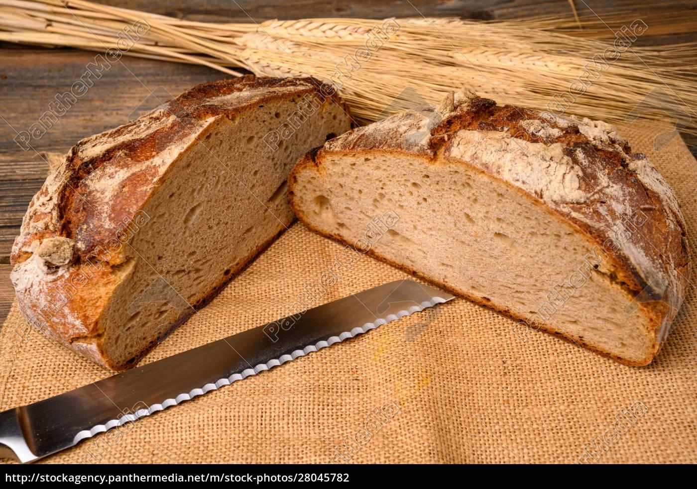 ein, frisches, vollkornbrot, vom, bäcker, halbiert, mit - 28045782