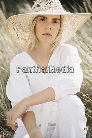 portraet einer blonden jungen frau in