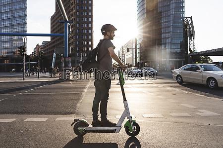 mann mit e scooter in berlin