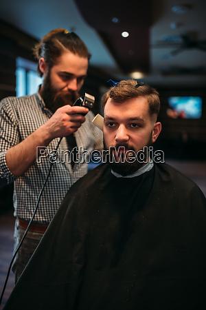barbier arbeiten von clipper mit frisur