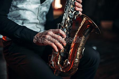 jazz mann haende halten saxophon nahaufnahme