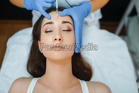 kosmetikerin gibt gesicht botox injektionen an