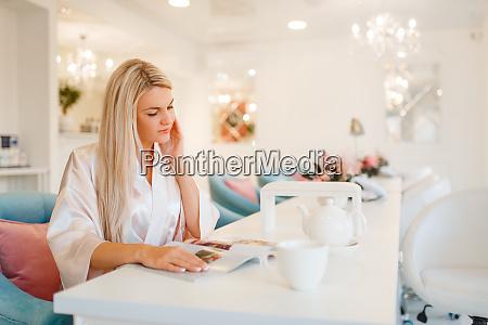 weibliche kundin trinkt kaffee im beauty