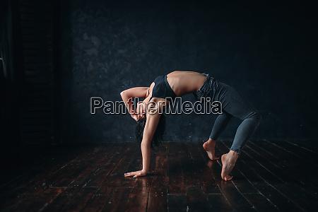 contemp tanzende darstellerinnen trainieren im tanzunterricht