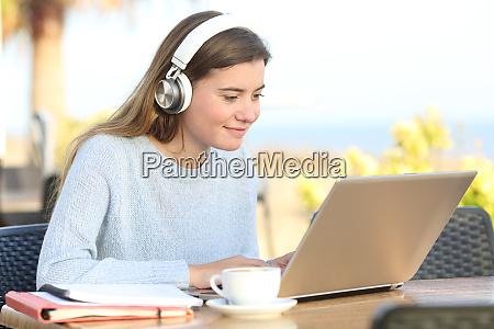 student e learning mit kopfhoerer und