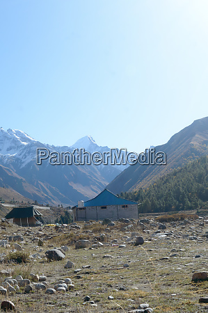 eine berghuettenhuette im hohen himalaya gebirge