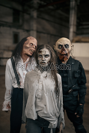 drei zombies in verlassener fabrik beaengstigend