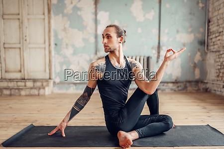 maennliche yoga macht flexibilitaet UEbung