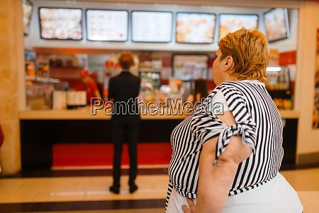 fette frau im fast food restaurant