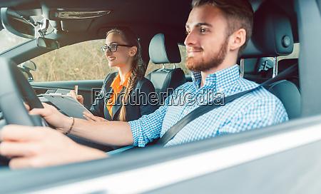 fahrlehrer mit schueler im auto lehre