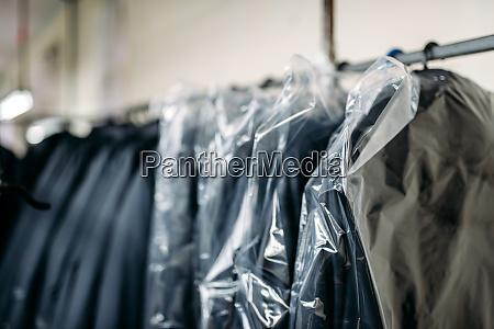 kleidung auf kleiderbuegeln naehfabrik oder kleid