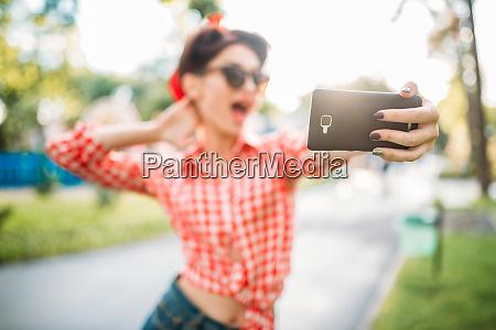 pinup sexy dame macht selfie vor