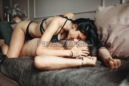 schöne, frau, sitzt, auf, mann, seitenansicht, erotik - 28073706