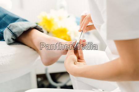 podiatrist arbeitet an denkmuten