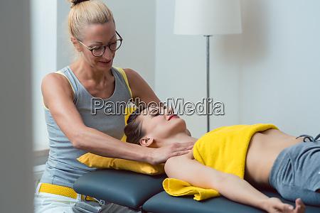 nacken und kopfmassage in der physiotherapie