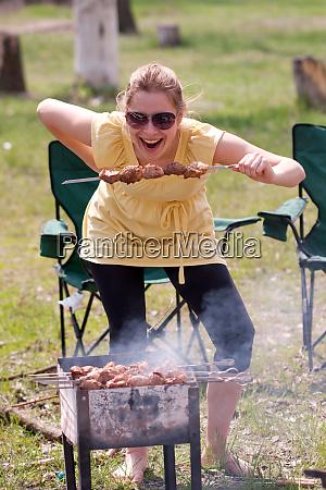 frau grillen shish kebab