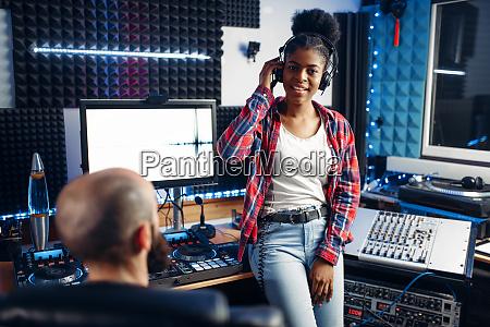 soundproduzentin und darstellerin im studio