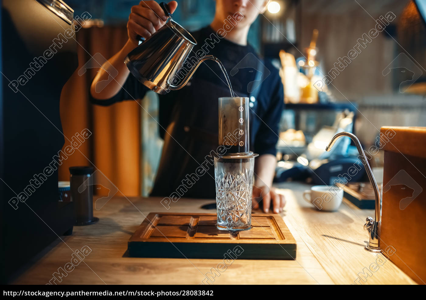 barista, gießt, wasser, aus, der, kaffeekanne - 28083842