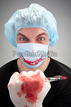 verrueckter kranker chirurg