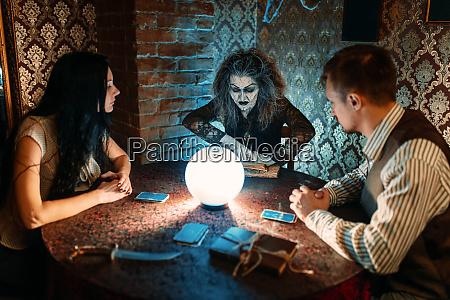 familie und hexe am tisch mit
