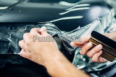 spezialist installiert autolackschutzfolie