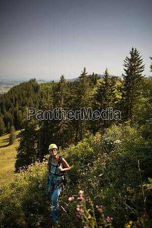 huebsche klettererin auf einem klettersteig